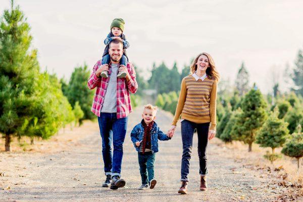 happy-family-walk