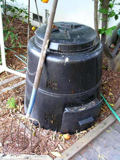 Closed compost bin